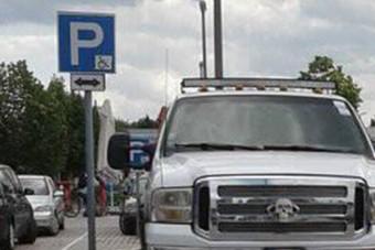 Mesteribb módon nem is foglalhatott volna el 4 mozgáskorlátozott parkolót
