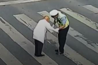 Egy világ ünnepli ezt a rendőrt, ilyet ritkán látsz