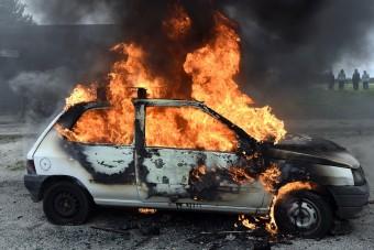 Lángolnak az autók az országban