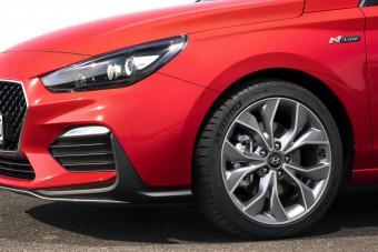 Félig sportos verzióval erősít a Hyundai i30