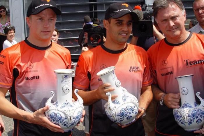 2005-ben az egyéni és a konstruktőri világbajnoki cím is a McLaren-Mercedeshez került. A hivatalos kormánykerék-trófea mellett hollóházi porcelánokkal ajándékozták meg a csapatokat. , Hollóháza -