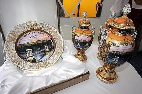 2006-ban kezdődött a Herendi Porcelánmanufaktúra és a Magyar Nagydíj együttműködése. A budai látképet több hetes munkával, kézzel festették fel a serlegekre és a konstruktőri tálra