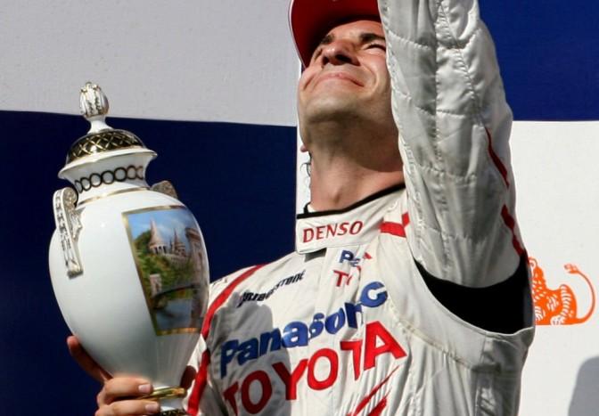 2008 - Timo Glock kézzel festett herendi vázával mond köszönetet az égieknek