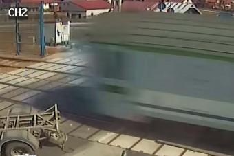 Jön a vonat, de a teherautós nem tesz semmit, csak áll és vár