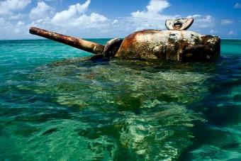 Tankokat és páncélos járműveket süllyesztettek a tengerbe