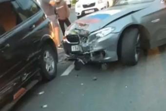Gumiégetéssel ünnepelte az orosz csapatot egy autós, baleset lett a vége