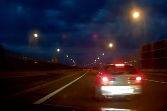 Újabb agresszív kismalacot vettek videóra autópályán, minek kell ez?