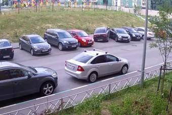 Csak ki akart állni a parkolóból, sikerült négy autót összetörnie