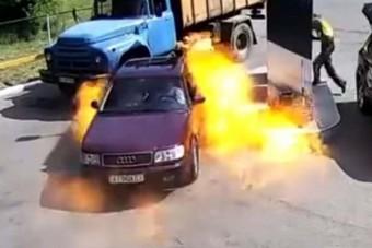 Berobbant az Audi orra, de a benzinkutas tudta a dolgát