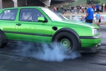 Pusztító erő lakik ebben a zöld VW Golfban