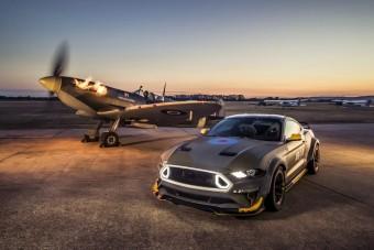 Vadászgéppel pózol a 700 lovas Mustang