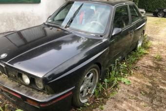 Kincset érő BMW-t rohasztottak egy kertben
