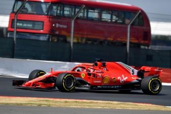 F1: Vettel odavágott Hamiltonnak, Verstappen a falban