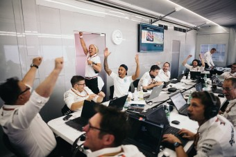 Így nézik a foci vb-t az F1-esek – videó