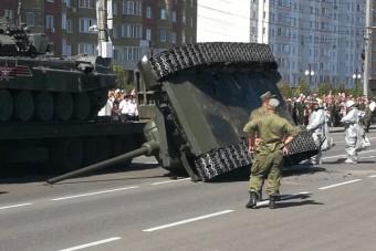 Katonai parádén sikerült felborítani egy veterán orosz tankot