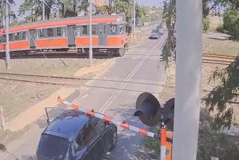 Még a mozdonyvezető is lefotózta a pórul járt autóst