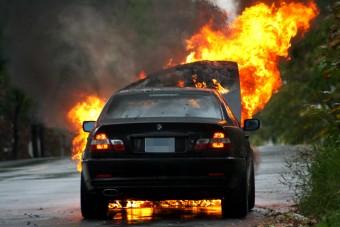 Saját autóikat gyújtják fel az emberek Szerbiában