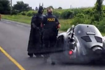 Amikor szuperhős módra megmentenéd a világot, de megállít a rendőrautó