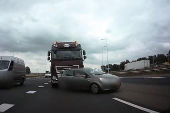 Csúnyán letúrta az autóst ez a figyelmetlen kamionsofőr