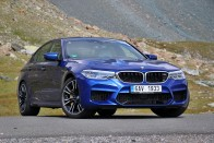 Sportautókat gyűrt le a BMW legerősebb limuzinja 1