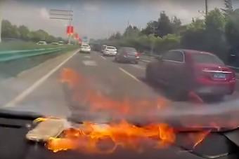A kocsiban, a tűző napon hagyta az iPhone-t, ami egyszerűen lángra kapott
