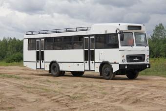 Ez az autóbusz oroszlánok és antilopok között érzi magát otthon