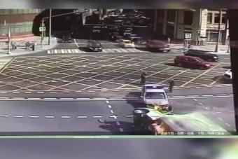 Lángolt a teherautó, miután rendőrautóval ütközött