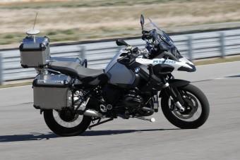 Sofőr nélkül száguld a luxus-motorkerékpár