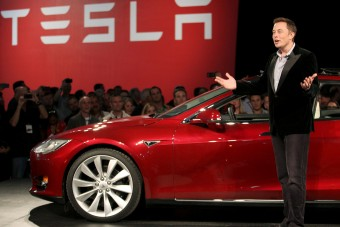 Csalás miatt beperelték a Tesla-vezért, zuhan a cég
