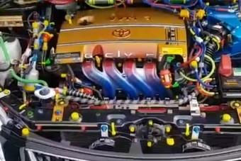 Ebben a motortérben tombol a szivárványszínű horror