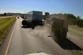Brutális balesetet okozott a figyelmetlen kamionos