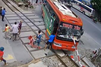 Kétszer is felnyársalta a buszt ez a sofőr