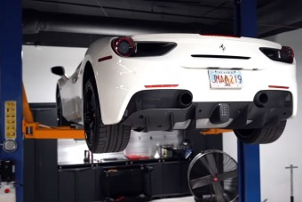 Így cserélj olajat a Ferrari 488 Spiderben