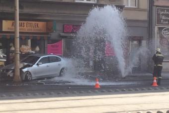 Tűzcsapot ütött ki egy BMW a Margit körúton, videó is készült az instant szökőkútról