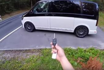 Ez a VW kisbusz szinte bárkit letakarít a belső sávból
