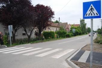 KRESZ-táblák ezreit cserélik le a magyar utak mellett