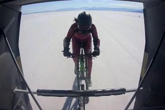 295 km/órával tekert a háromgyerekes anya