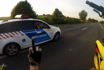 Egy keréken csapatott egy magyar motoros, majd bemutatott a rendőröknek és elmenekült