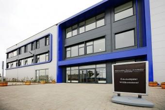 Oktatóközpontot nyitott a Mercedes Kecskeméten