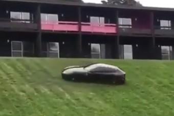 Mit keres egy Ferrari FF a domboldalon?
