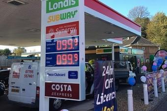 Közlekedési káoszt okozott az olcsó benzin