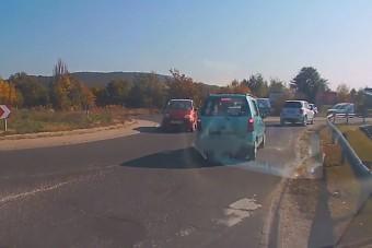 Forgalommal szembe ment egy autós a 10-es úti körforgalomban