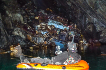 Hegyben állnak az elhagyott autók egy mély barlangban