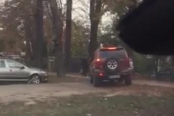 Járdán dugót kerülő tahót videóztak a Zugligeti úton