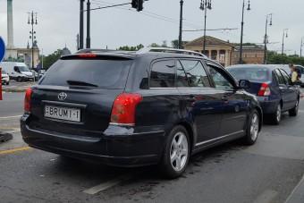 Meglepő rendszámot használ egy autós Pesten