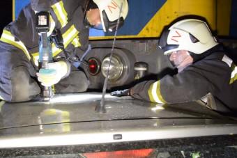 Egészen elképesztő végignézni, ahogy a magyar tűzoltók kivágnak egy autót a vonat alól