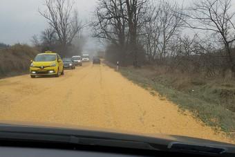 Egész rakomány kukorica borított be egy pesti főutat