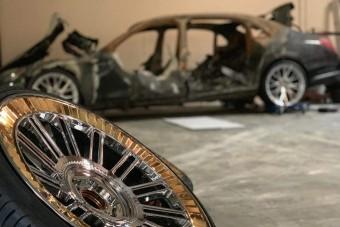 Kiégett luxusautóból lett kiállítási tárgy