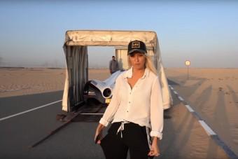 Gyakorlatilag ez a szőke, benzinvérű hölgy volt az első, aki kipróbálhatta az 5000 lóerős utcai sportautót