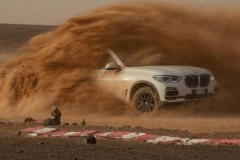 A BMW megépítette a monzai versenypályát, méghozzá sivatagban!